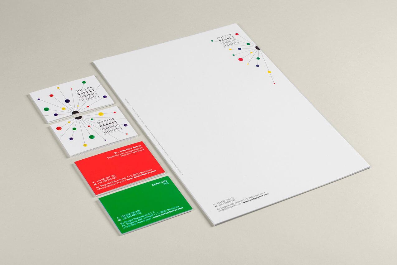 La papelería que diseñamos con el logotipo y la identidad modular para Doctor Barret.
