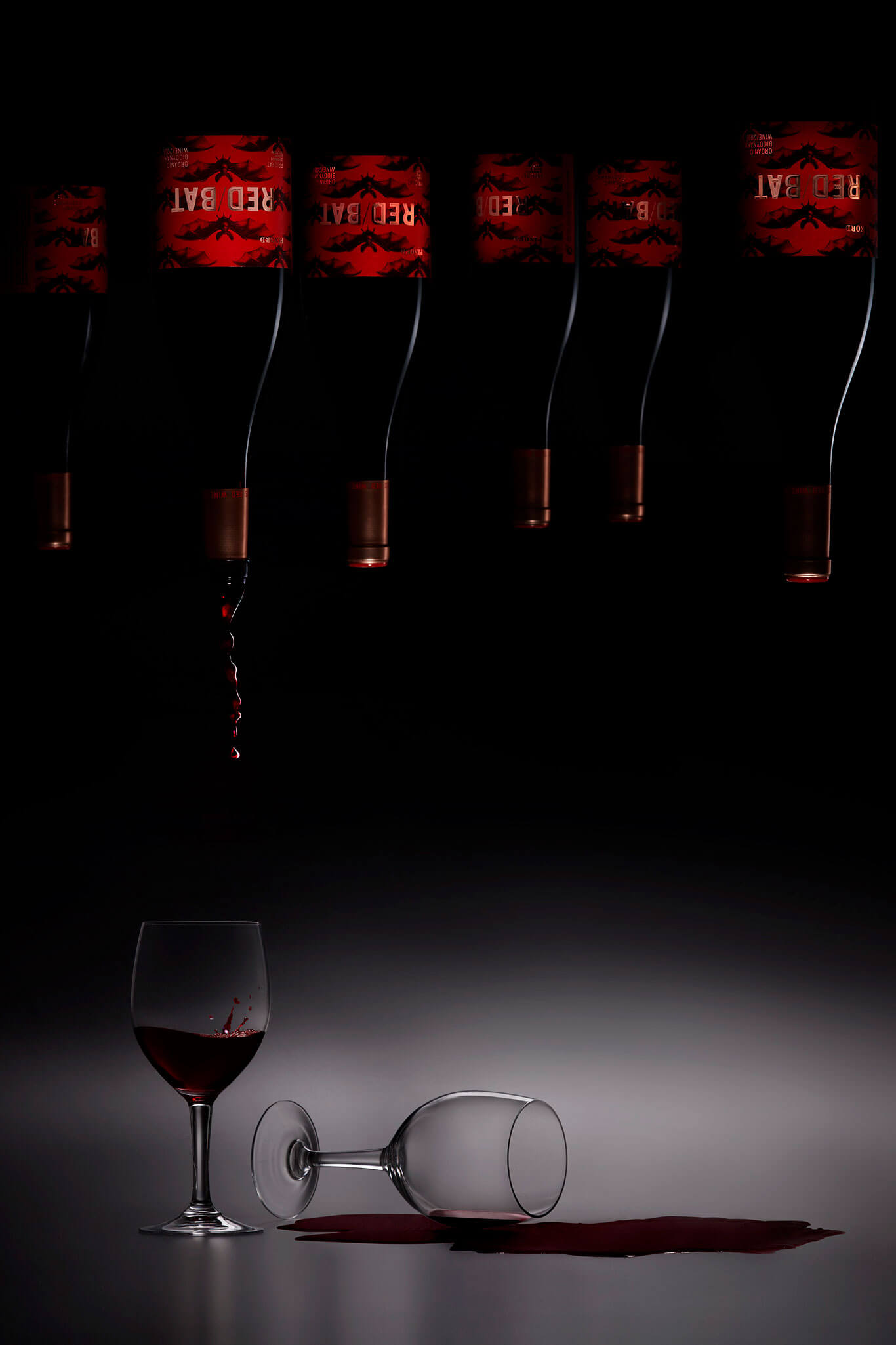 Un bodegón con las botellas del vino Red Bat y sus etiquetas.