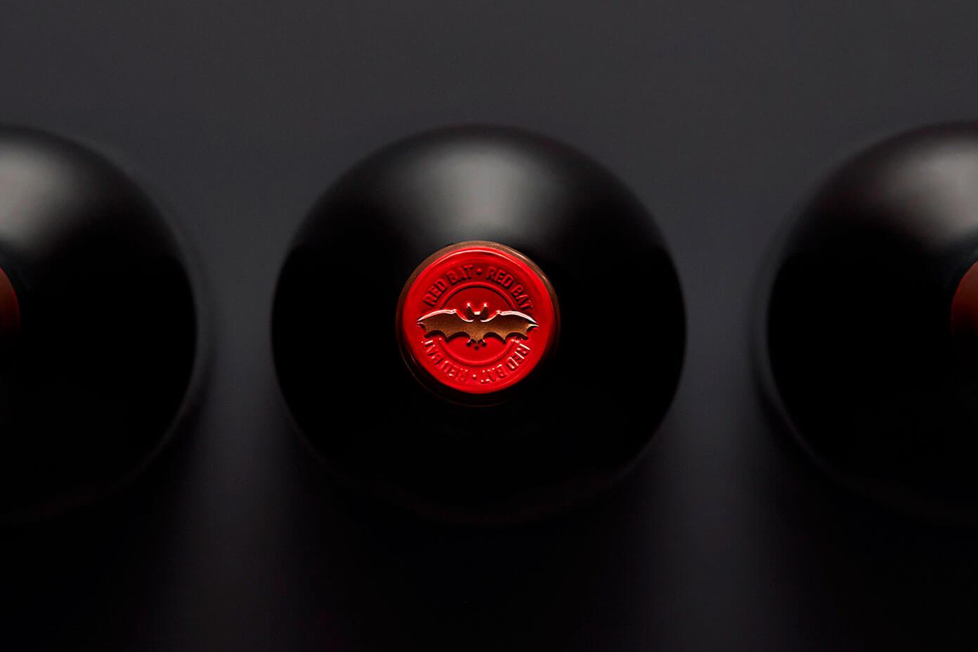Nuestro pequeño homenaje al diseño de vinilos en la botella de Red Bat.