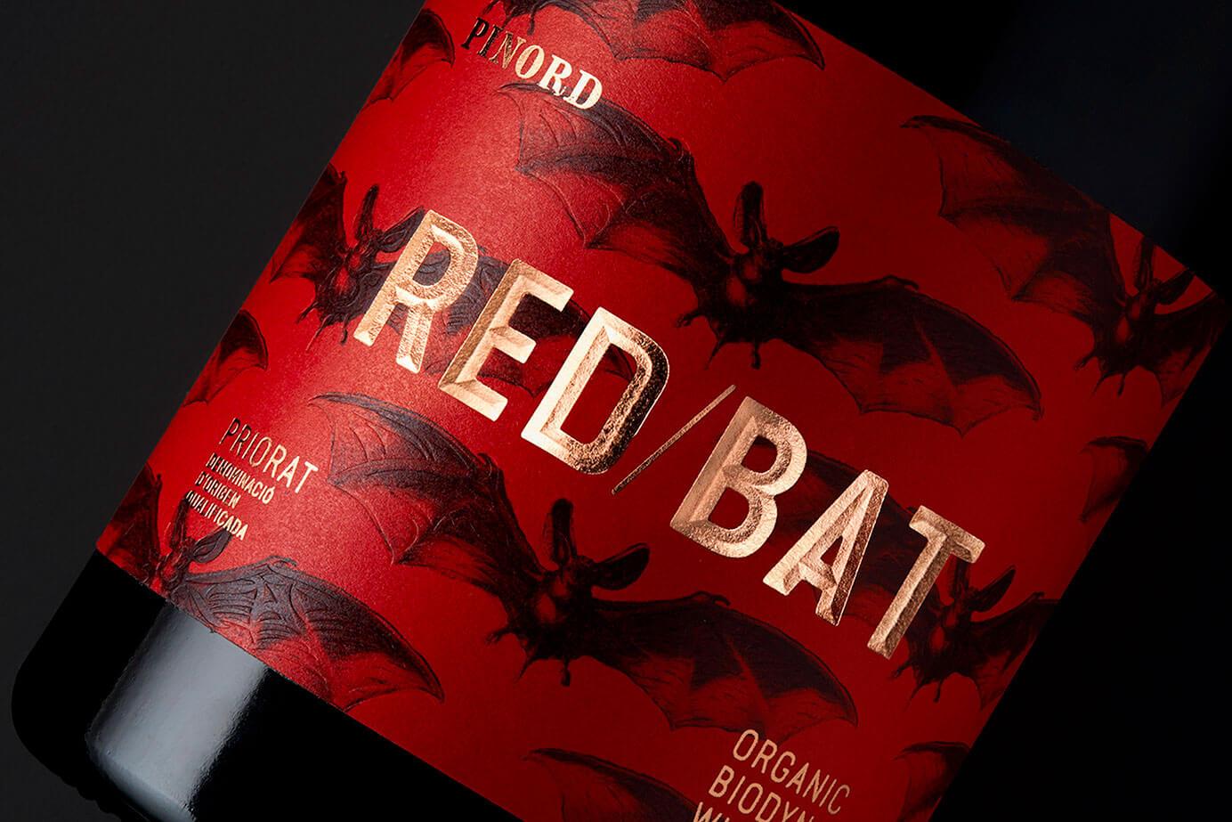 Detalle del logotipo de la etiqueta del vino biodinámico Red Bat.