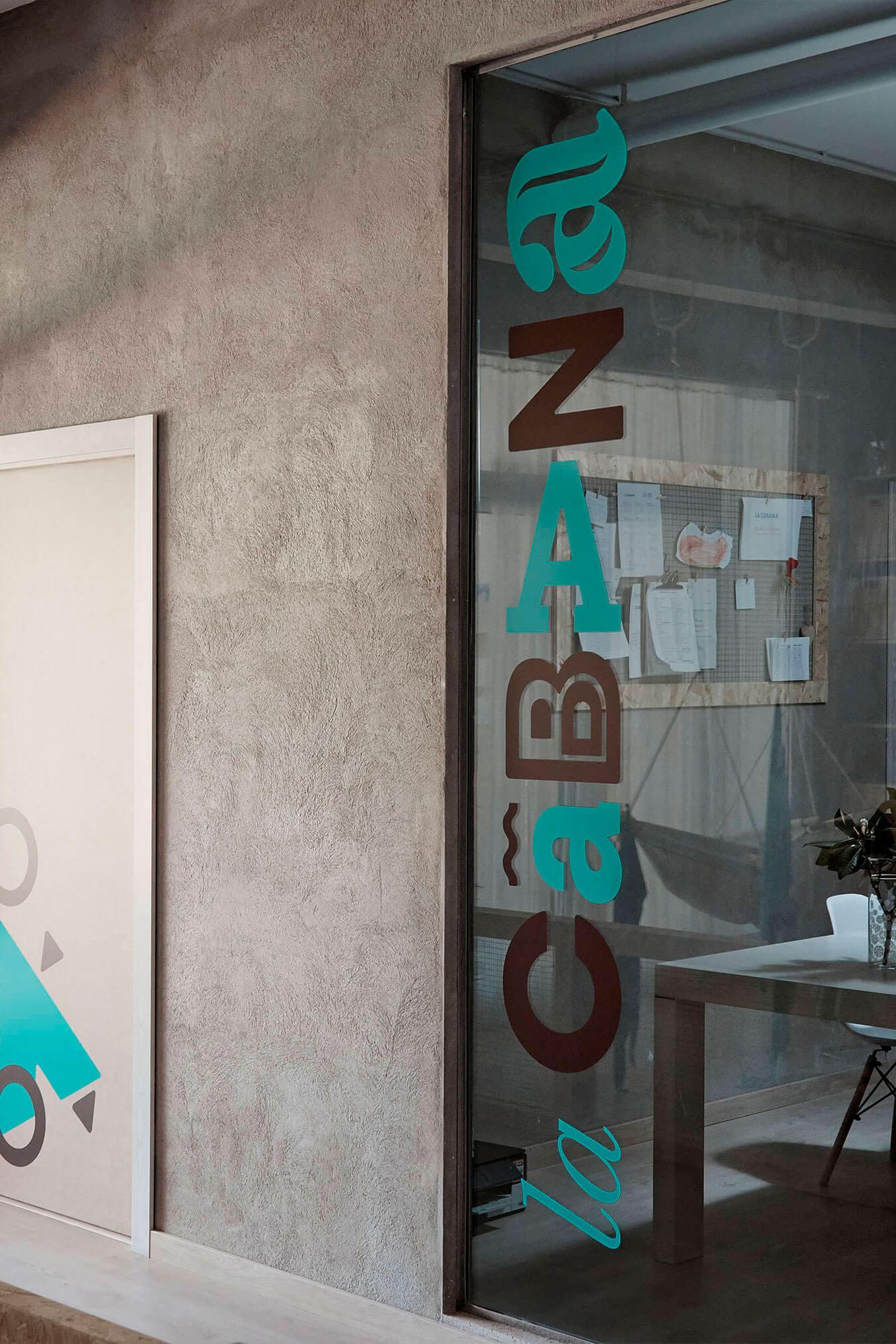 Branding Identidad Corporativa Diseño de logotipo Logo Aplicaciones Entorno Señalética La Cabana Guardería Vibranding