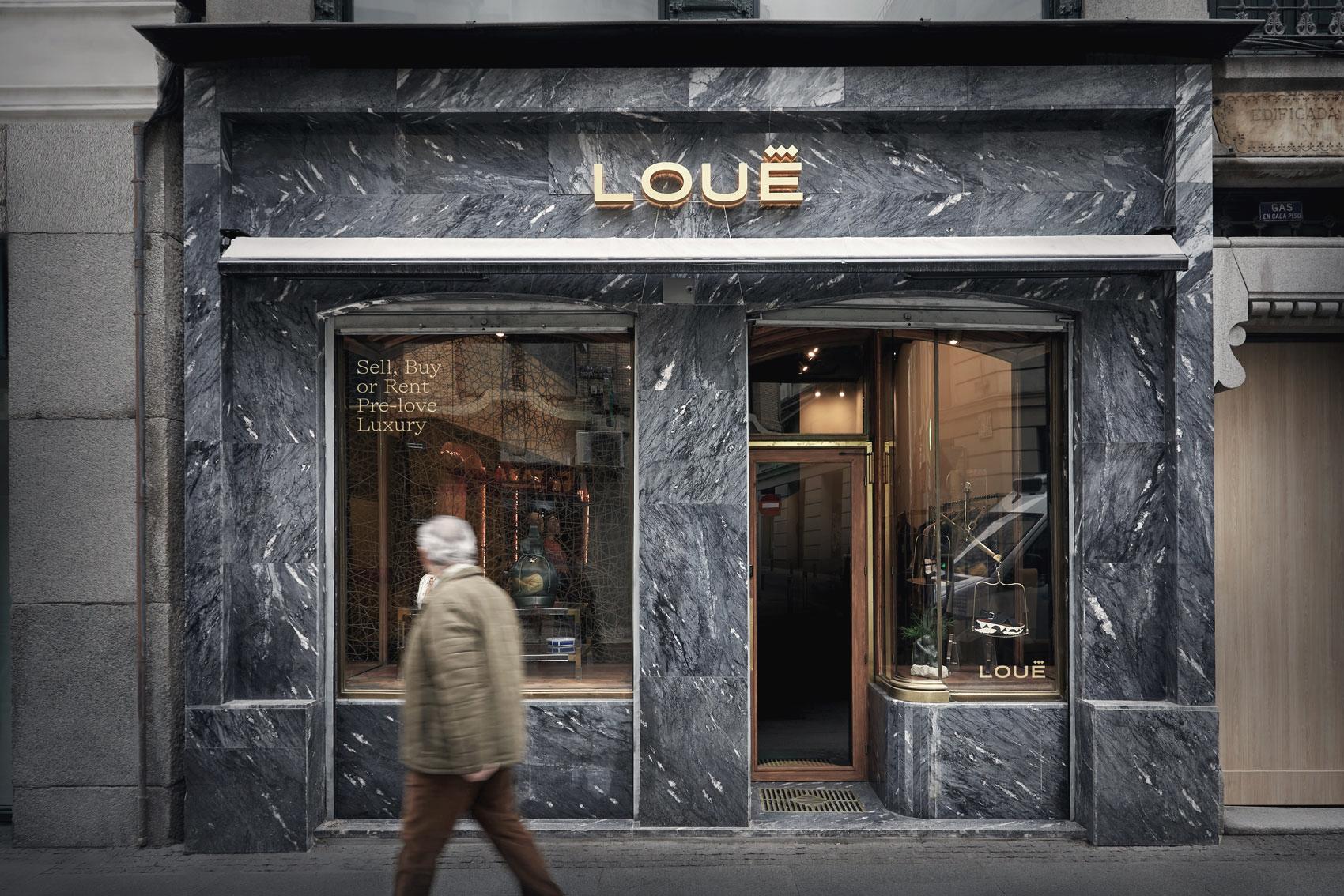Fachada y puerta de entrada de la tienda de moda de lujo Louë de Madrid