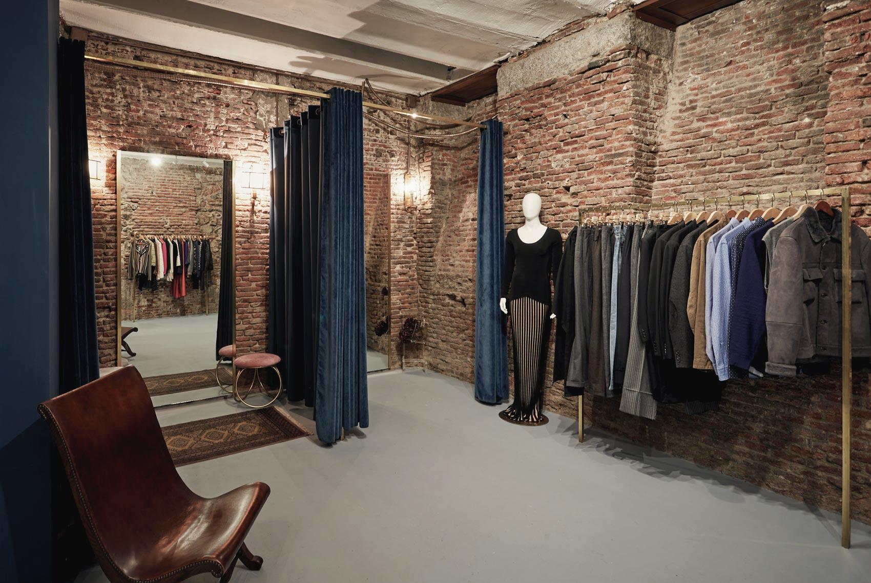 Interior de la tienda de moda de lujo de segunda mano Louë de Madrid
