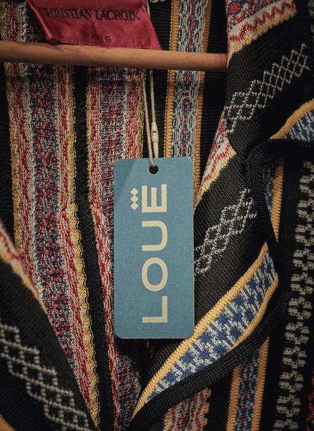 Etiqueta con logotipo de la tienda de moda de lujo Louë de Madrid
