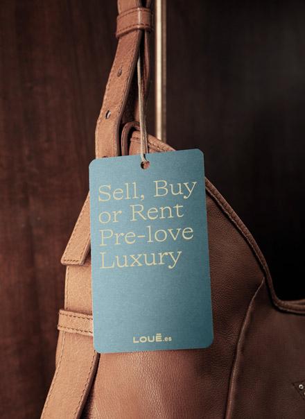 Reverso de la etiqueta de la tienda de moda de lujo Louë de Madrid con eslogan corporativo