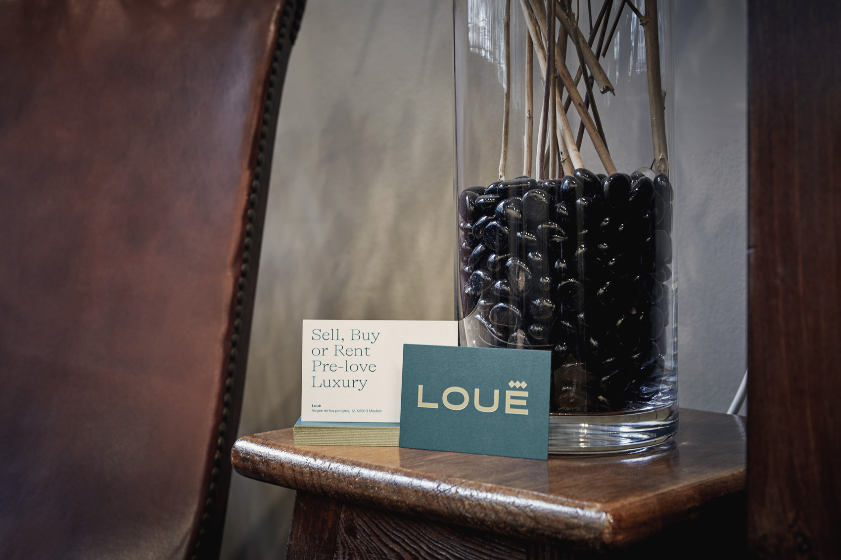 Anverso y reverso de las tarjetas de visita de Louë en un rincón de la tienda